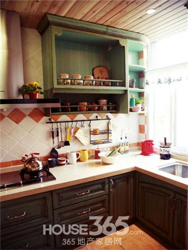 厨房装修效果图大全:原木整体橱柜,仿佛为其量身定做,特别是顶