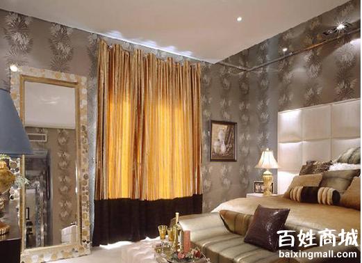 这是一款采用浅颜色设计的欧式古典风格,如果是单一浅色调会给人单调的感觉,而卧室的整体造型已经定型,白色的墙和暗花的墙纸,而且墙纸的选择是素雅色,不加以配饰的时候就很空旷,所以必须有装饰品来拉近我们的视线。所以设计师在选择家具的时候就别具心匠,有采用深色家具捉会我们的视线,把重点转移到卧室内部来。